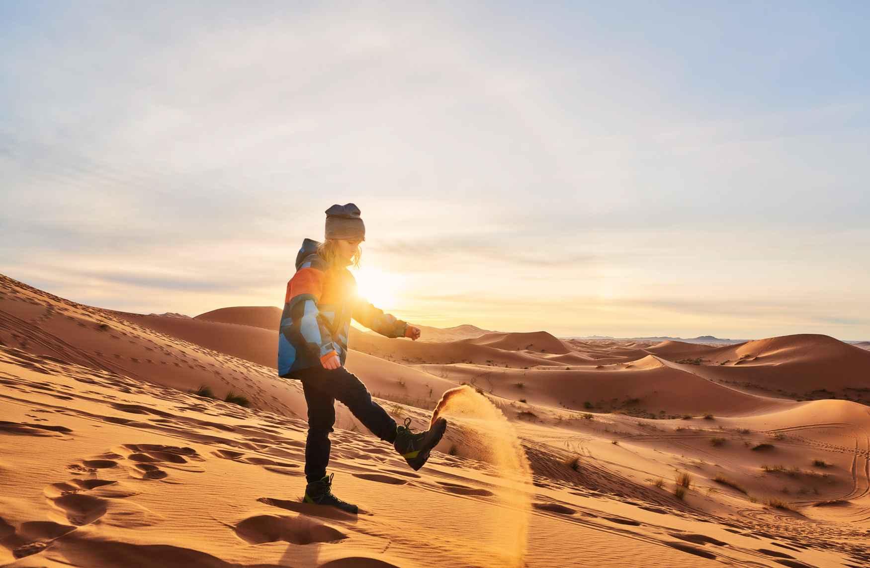 Leichte Sohle und ein robuster Schaft – die besten Voraussetzungen für den absoluten Härtetest. Schließlich wählen kleine Bergsteiger immer ihren eigenen Weg. Gut, wenn sie ihre ersten großen Abenteuer mit den superbequemen LEDRO GTX MID JUNIOR erleben. Egal, ob im flachen Gelände oder in alpinen Regionen – worauf es wirklich ankommt, ist der Spaß am Draußen sein.