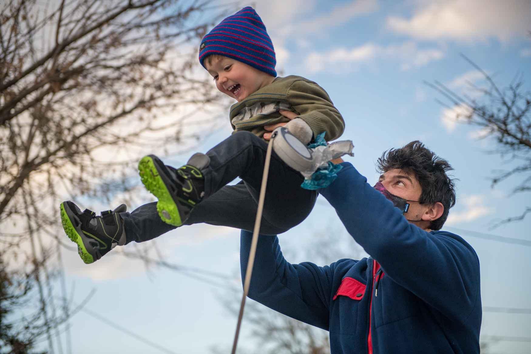 De MADDOX WARM GTX HI laat zien wat er gebeurt als je iets toevoegt aan een populair kinderschoenmodel. Dankzij de hogere schacht van de wintervariant is zelfs diepe sneeuw geen obstakel meer. De lekker zachte GORE-TEX Partelana-voering houdt de voeten heerlijk warm. Zodra de praktische speed-lacevetersluiting en het klittenband zijn vastgemaakt, kan de winterpret beginnen.