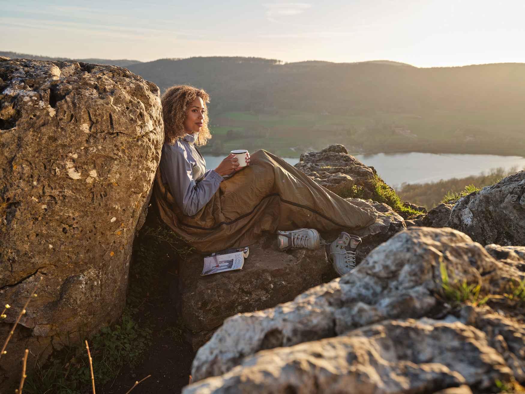 Wie zijn liefde voor de bergen ook in het dagelijks leven altijd wil uitdragen, doet er goed aan om de casual WENDELSTEIN II Ws-vrijetijdsschoenen te dragen. Dit model verenigt het beste van de bergwereld in een lichte in gemakkelijke vrijetijdsschoen. Hierin versmelten het traditionele, stijlvolle design met bewezen schoenmakerstradities en de modernste innovaties. De bijzonderheden van de retrolook vallen al bij een eerste blik op: eenvoudige en heldere lijnen, gecombineerd met rustieke metalen ogen en hoogwaardig glad leer.