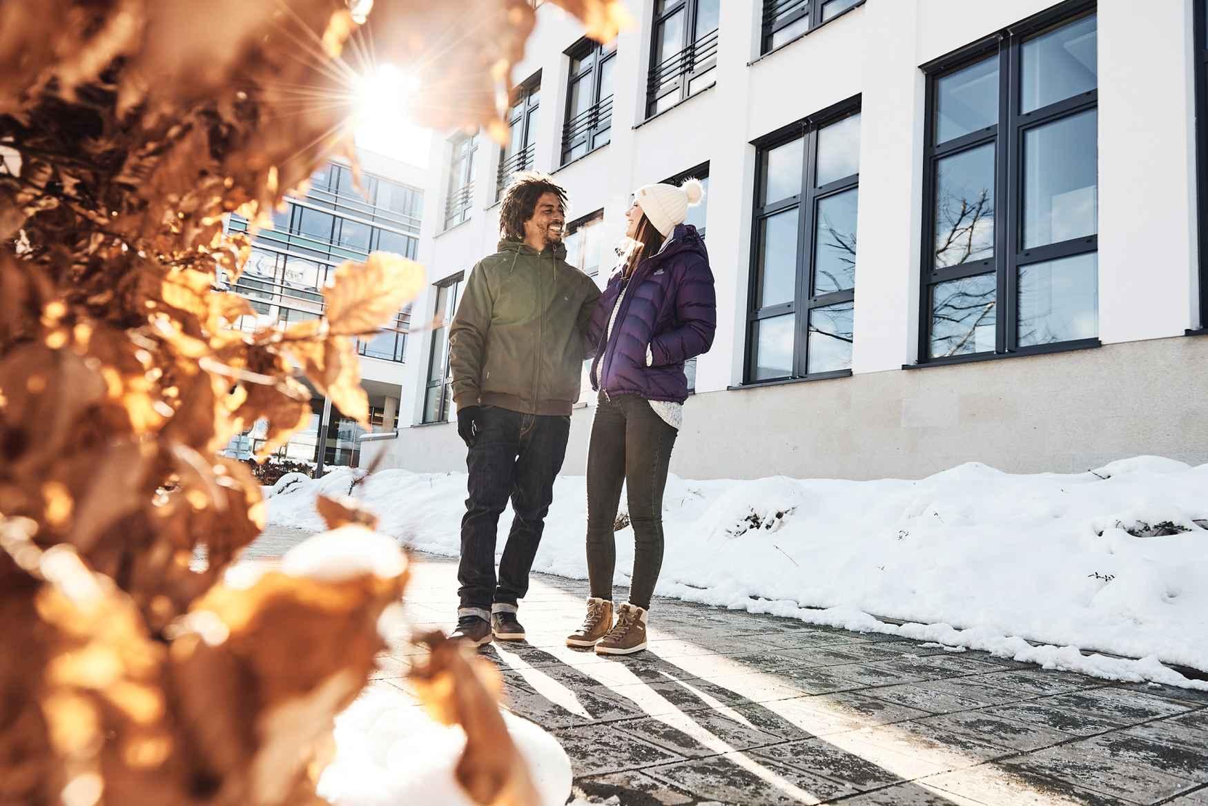 Wer anstatt mit schweren Winterboots lieber mit winterfesten Sneaker in der Stadt unterwegs sein will, profitiert von dem CASARA GTX Ws gleich doppelt. Denn die halbhohen Winterschuhe tragen sich komfortabel und der lässige Casual-Look passt optimal zum Lifestyle in der Stadt. Damit es die Füße immer wohlig warm haben, sind die Schuhe mit einem GORE-TEX-Panda-Futter ausgestattet.