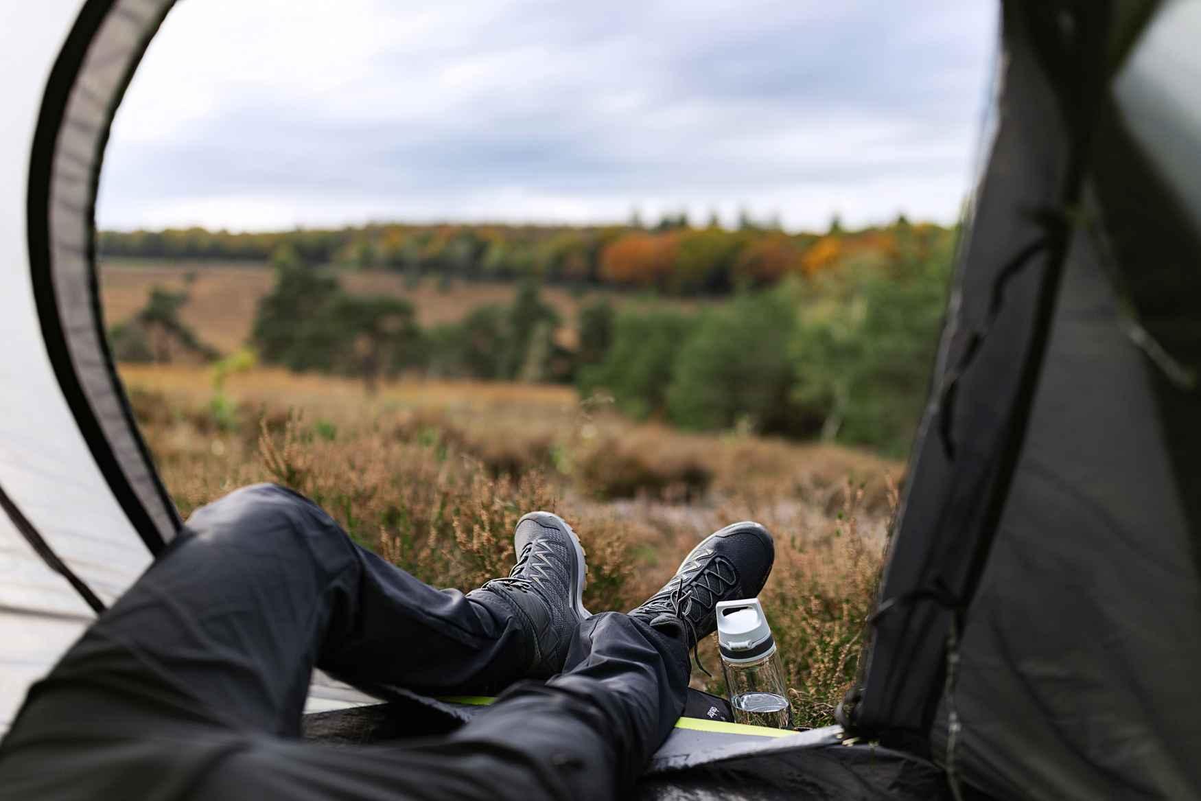 Het kleurrijke multitalent INNOX PRO LO toont zich verrassend flexibel en perfect voor de zomer als een korte wandeling in de natuur toch uitloopt op een ongeplande uitdagende tocht. De INNOX PRO MID LO kan ook korte omwegen door onbekend terrein met gemak aan en scoort met zijn tussenzool van LOWA DynaPU® met optimale demping en optimaal draagcomfort ook dankzij het ondersteunende LOWA-MONOWRAP® frame.