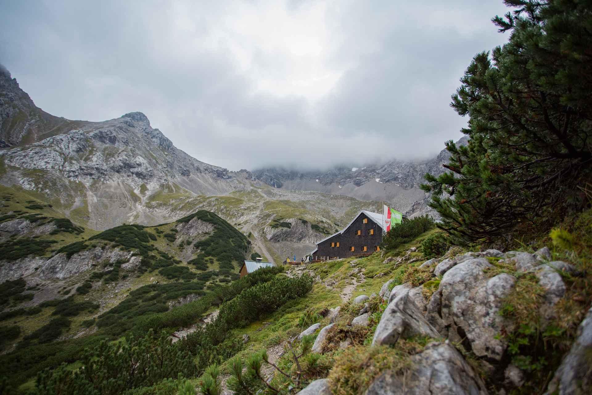 De Coburger Hütte is idyllisch gelegen tussen bos en bergen.