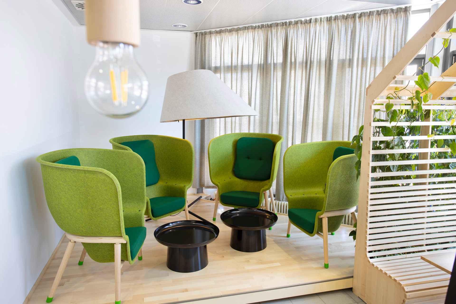 Die Sessel bestehen aus 100 Prozent recyceltem PET-Felt.