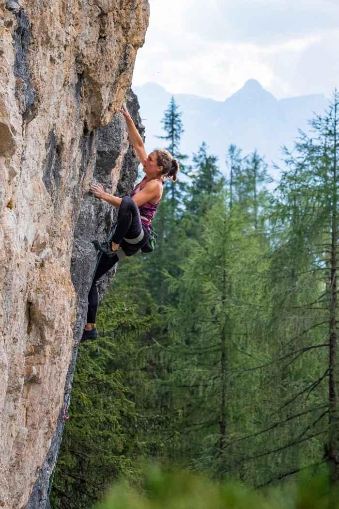 Der FALCO LACING ist nicht dafür geschaffen, unterfordert zu werden. Wie gut, dass dieser Kletterschuh mit Mikrofaser-Schaft bei Performance-Kletterern hoch im Kurs steht und gerade von solchen Sportlern besonders gerne gefordert wird. Er kann aber noch mehr als Leistung - er kann auch Komfort. Möglich machts der breitere Leisten, die  mittelsteife Zwischensohle und die anschmiegsame Außensohle. Für die ideale Passform sorgt die durchdachte Schnürung, für das zusätzliche Wohlfühlen das komfortable Innenfutter.
