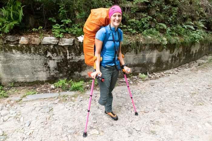 Bergschoenen aan en op naar de top: met de ALPINE PRO GTX Ws is LOWA erin geslaagd een lichte, robuuste en moderne schoen te maken die zich thuis voelt in alpine terrein. Tegelijkertijd voldoet de schoen aan specifieke anatomische eisen. Extra goed doordachte functionele details verhogen het plezier om de top te bereiken nog meer. Dus twijfel niet langer en volg de roep van de berg!