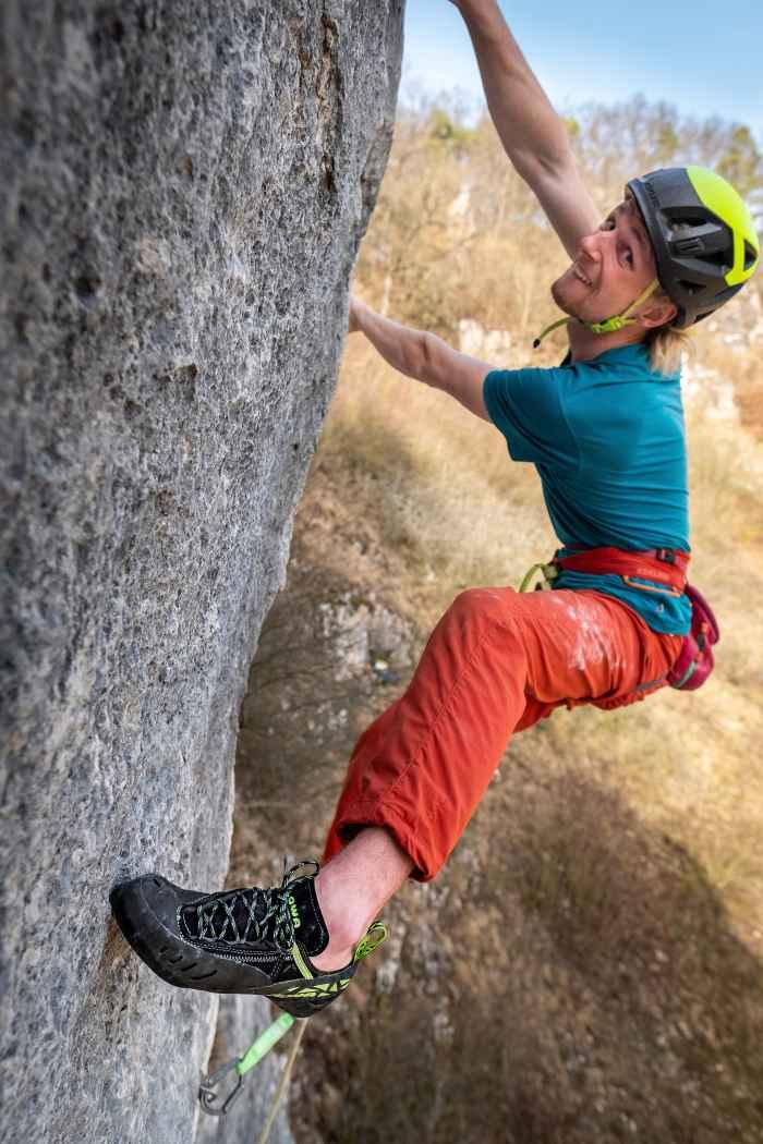 Für die ambitionierte Bergsportler in der Halle beim Bouldern oder direkt im Fels: Mit dem ROCKET LACING  von LOWA kann jeder Kletterbegeisterte so richtig durchstarten. Mit der Sohle aus Vibram® XS-Grip® gelingt die Kraftübertragung mit diesem vorgespannten und flexiblen Schuh so, wie man sie sich wünscht. Zusätzlich bekommt der Fuß Unterstützung mit dem durchdachten Schnürsystem. Damit kann die Passform des Mikrofaserschuhs an die eigenen Bedürfnisse angepasst werden.