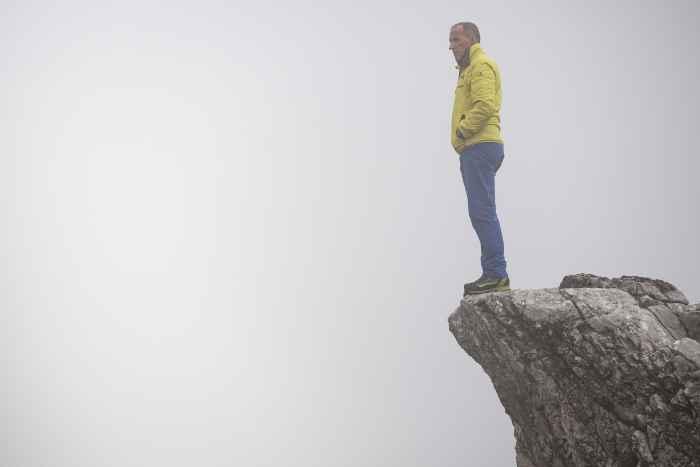 Unter den Trekkingschuhen ist der TREKKER eine Legende. Outdoorbegeisterte Meschen setzen nach wie vor auf diesen Schuh, wenn es um anspruchsvolle Touren in den Alpen und lange Mittelgebirgswanderungen geht. Das liegt an vielen Features, die diesen Schuh mit Lederfutter so besonders machen wie zum Beispiel die  VIBRAM®-NATURAL-Sohle mit ausgeprägter Front- und Absatzprofilierung. Eine verstärkte Brandsohle sorgt unterwegs zusätzlich für Stabilität und Unterstützung. Und damit  auch bei der Schnürung alles wunderbar passt, kommt beim TREKKER die Zweizonenschnürung und ROLLER EYELETS zum Einsatz.