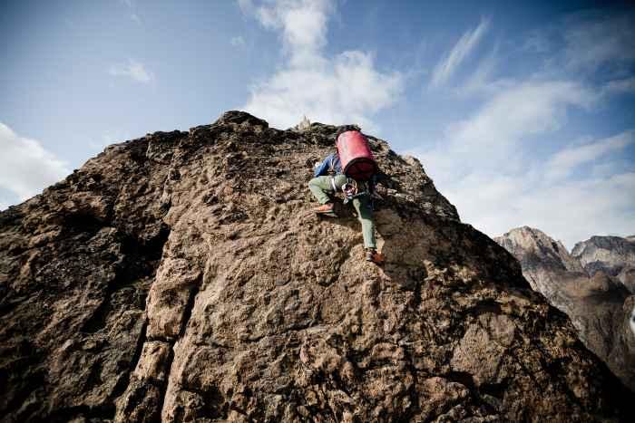 Zustiegschuh? Der CADIN GTX LO steht auf alle Fälle bereit! Und das auch noch in lässig-schönem Design mit modernem Geröllschutz und eingearbeiteten Prägungen. Bergsteiger machen aber nicht nur durch den Look am Fuß eine gute Figur. Sondern auch mit den vielen durchdachten Features, die der sportliche Alpinschuh mitbringt. Zum Beispiel den hochwertigen Schaft mit GORE-TEX-Membran oder die Vibram®-Rock Trac®-Sohle, die sich auf unterschiedlichsten Untergründe zuhause fühlt.