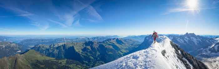 Wer hoch hinaus will, muss sich auf seine technische Ausstattung verlassen können. Gerade bei alpinen Bergstiefeln kommt es je nach Untergrund und Wetterlage auf die unterschiedlichsten Anforderungen an. Mit dem ALPINE ICE GTX ist ein Stiefel entstanden, den das LOWA PRO Team zusammen mit aktiven Alpinisten entwickelt hat. Der vollsteigeisenfeste Gamaschenschuh mit GORE-TEX-Duratherm-Futter und einem in der Brandsohle integrierten Dämpfungselement eignet sich sowohl für eisige als auch felsige Passagen.
