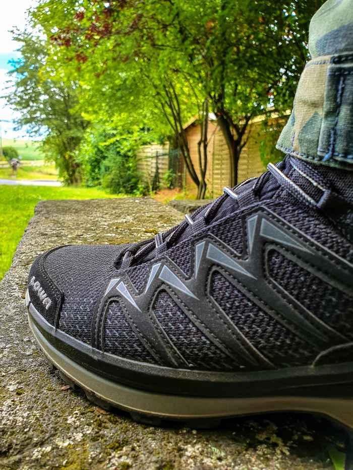 Wenn Spontanität und Multifunktionsschuhe aufeinandertreffen, dann kann am Ende eigentlich nur ein ungeplantes Abenteuer dabei herauskommen. Die Gelegenheit dafür ist günstig, denn mit dem wasserdichten Alleskönner INNOX PRO GTX MID haben Outdoorsportler jederzeit das optimale Schuhwerk dabei. Denn während die Zwischensohle aus LOWA DynaPU® für die nötige Dämpfung sorgt, bietet der innovative LOWA-MONOWRAP®-Rahmen beste Fuß-Führung bei jedem Schritt im Gelände.