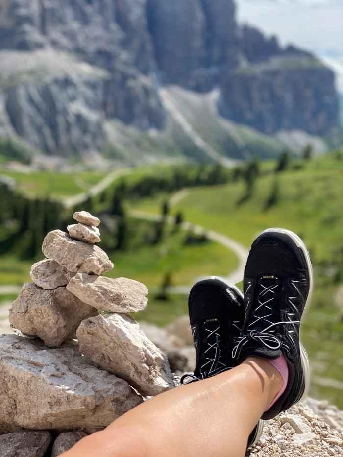 Supercomfortabel, lichtgewicht en ademend; deze zeer functionele lage INNOX PRO GTX LO Ws-schoenen verleggen niet alleen grenzen, maar mogen ook visueel gezien worden - of u nu door de stad wandelt of daarbuiten. De direct aangegoten tussenzool van LOWA DynaPU® zorgt voor een optimale demping en de innovatieve LOWA MONOWRAP®-zoolopbouw en de soft stabilizer bieden een optimale geleiding van de voet bij elke stap.