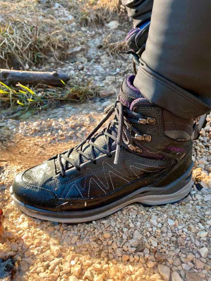 Les nouvelles chaussures multifonctions TORO EVO LL MID Ws séduisent par la qualité de leur chaussant et par leur style sportif, avec un mélange de matériaux robuste et une semelle extérieure adhérente. Elles se distinguent par leur forme derby moderne, et par une doublure cuir qui leur confère un confort optimal. Par ailleurs, la structure LOWA MONOWRAP® brevetée assure un meilleur maintien du pied, et la semelle intermédiaire moulée en LOWA DynaPU® garantit un amorti optimal à chaque pas.