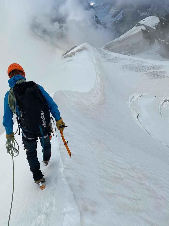 Bei einer Bergtour zählt jedes Gramm. Und natürlich die Perfomance! Bei einem Bergschuh ist es wünschenswert, wenn beide Komponenten zusammenkommen. LOWA hat sich beim ALPINE SL GTX tatkräftige Unterstützung von echten Profis geholt: den Athleten des LOWA PRO Teams. Ab jetzt sorgt die Vibram®-LITEBASE-Sohlentechnologie für deutlich weniger Gewicht. Aber bei gleichbleibender Performance am Berg. Zusätzlich sind Features wie eine funktionale Zwei-Zonen-Schnürung und das wasserdichte GORE-TEX-Futter beliebt bei athletischen Alpinisten.