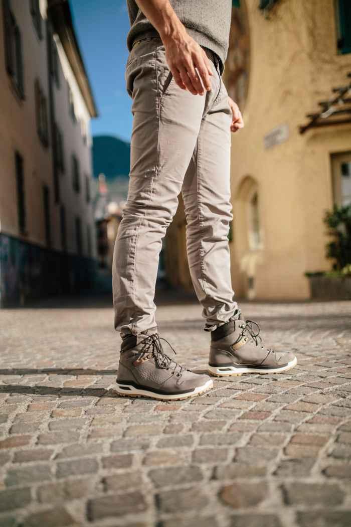 """""""Lifestyle meets outdoor"""" – daarmee kan de veelzijdige LOCARNO GTX® MID het beste worden omschreven. Met de functionele hybrideoplossing in casual look overbrugt hij de kloof tussen urban lifestyle- en wandelschoen. Gestempeld leer, GORE-TEX®-voering, een nieuw ontworpen, gereduceerde LOWA MONOWRAP®-constructie en de dempende tussenzool van LOWA DynaPU® zorgen voor een casual look, maar maken de schoen tevens geschikt voor spontaan outdoorgebruik."""
