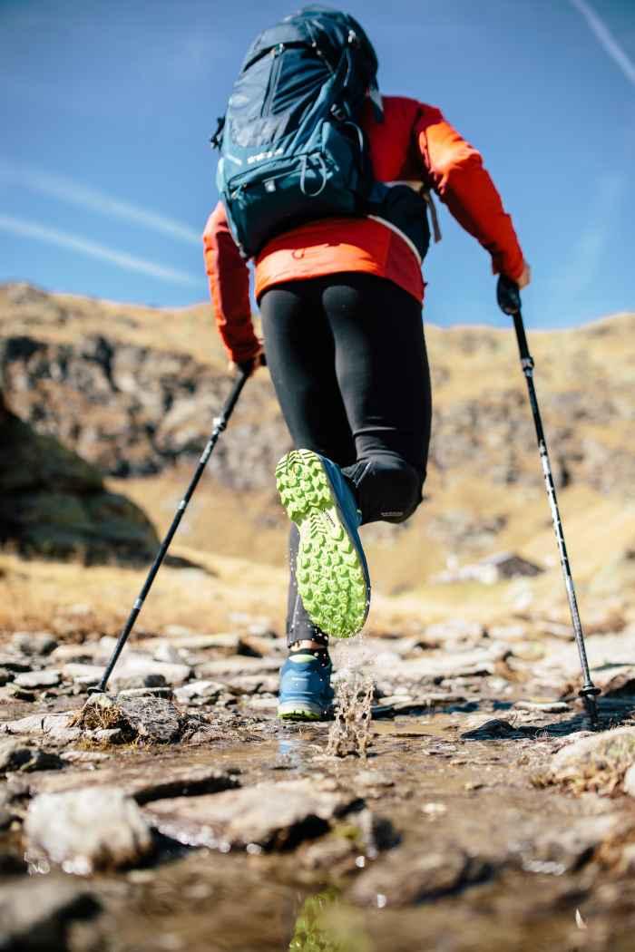 Da indossare per sentirsi subito bene: la nuova scarpa multifunzione AEROX GTX LO è dotata della tecnologia impermeabile e traspirante GORE-TEX SURROUND® che garantisce un microclima perfetto all'interno della calzatura. Ma anche la suola ammortizzante LOWA DynaPU® e lo Stabilizer Frame garantiscono il meglio in fatto di comfort. Insieme a LOWA MONOWRAP® è il modello sportivo ideale per tante attività diverse all'aperto.