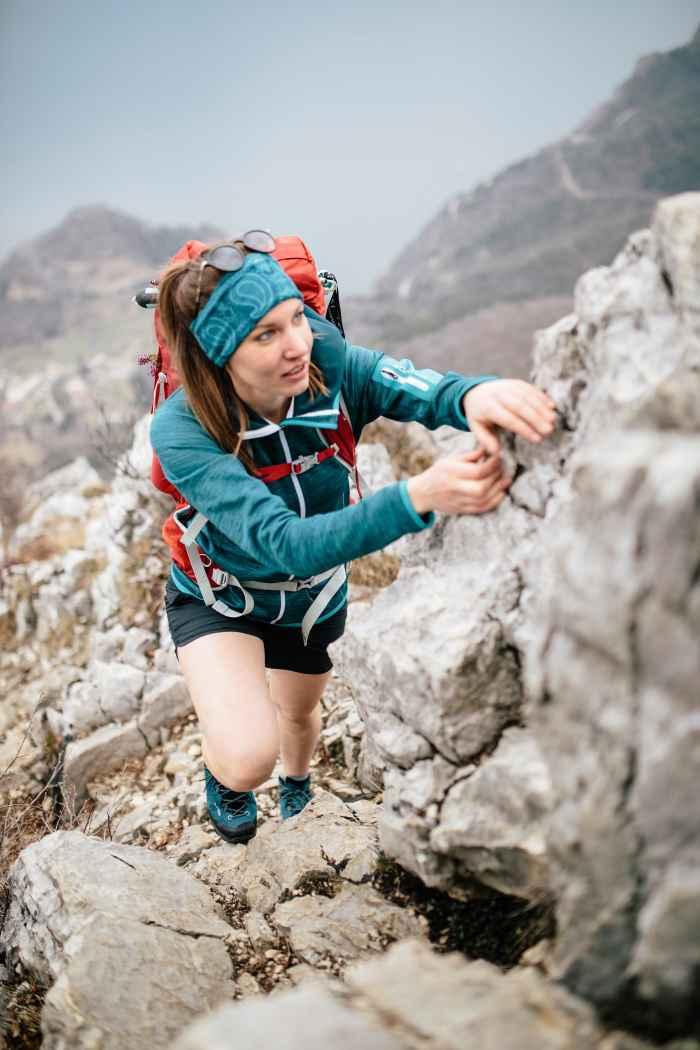 Con SASSA LL LO Ws i piedi si sentono benissimo anche in caso di lunghe escursioni e possono godersi il massimo comfort. Oltre all'intersuola ammortizzata è soprattutto la parte anteriore e centrale, realizzata con un unico pezzo di cuoio, a garantire la presenza di meno punti di pressione e una calzata notevolmente più flessibile. Inoltre la fodera in pelle offre un microclima ottimale per il piede.