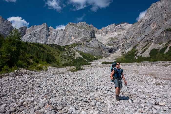Damit man sich noch mehr auf seine Berg- oder Trekkingtour freuen kann, gibts eine Lösung von LOWA: Der CAMINO GTX aus bestem Nubuk-Leder. Ein Wanderschuh, der beim Gehen verwöhnt. Denn er trotzt dank GORE-TEX-Futter Wind und Wetter und ist mit einer flexiblen Schaftkonstruktion ausgestattet. Zusammen mit der Zweizonenschnürung und praktischen ROLLER EYELETS sitzt der Schuh da, wo er soll und lässt sich einfach an den Fuß anpassen. Darüber hinaus punktet der Klassiker mit einer VIBRAM®-APPTRAIL-Sohle für top Eigenschaften in anspruchsvollem Gelände.