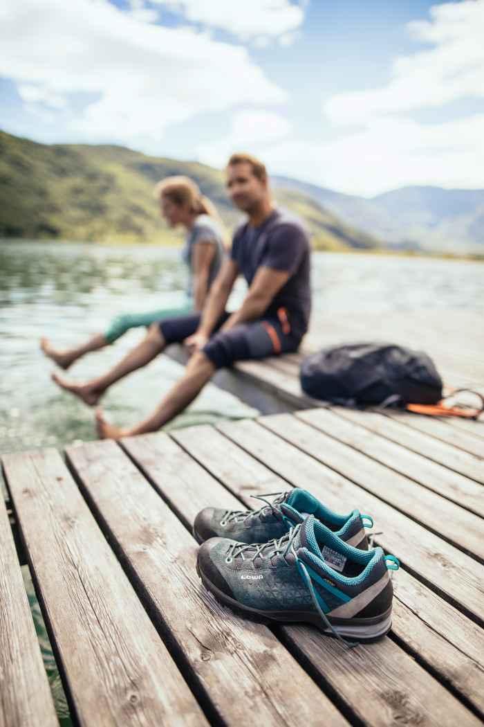 Wie vielseitig der neue SASSA GTX LO Ws wirklich ist, stellt der bequeme Trekkingschuh am liebsten selbst unter Beweis: Neben der gedämpften Zwischensohle sorgen vor allem der speziell an die Anatomie weiblicher Füße angepasste Leisten für besten Tragekomfort. Um den Schuh optimal an die eigenen Bedürfnisse anpassen zu können, verfügt das Modell über ein Schnürsystem mit Flexloops sowie einen Fersenzug mit offenen Zughaken.
