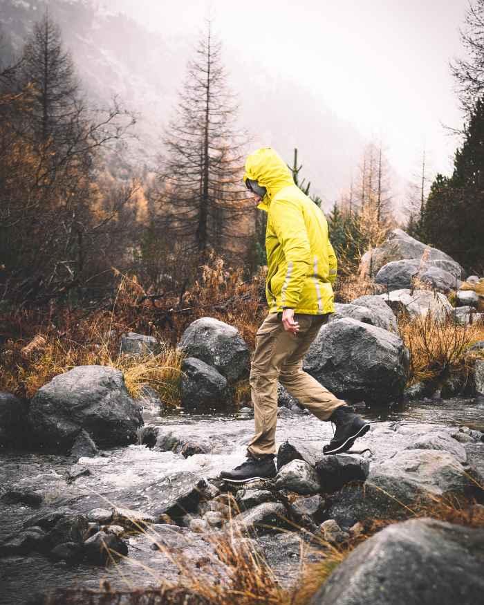 Een schoen die gezien mag worden. En dan vooral op alpine terrein, op de rotsen of op de weg ernaartoe: de CADIN GTX MID is een echte sportieve alleskunner. Zijn veelzijdigheid is al lang bekend en geliefd bij bergsportliefhebbers. Dat is niet alleen te danken aan het bevestigingspunt voor stijgijzers, maar ook aan de Vibram® Mulaz-buitenzool. Gewoon ideaal voor de meeste omstandigheden bij het bergbeklimmen. En omdat niet alleen de functionaliteit, maar ook de uitstraling goed moet zijn, zorgen optische blikvangers zoals de steenbescherming of de geïntegreerde reliëfs voor de speciale bergschoenenstijl.