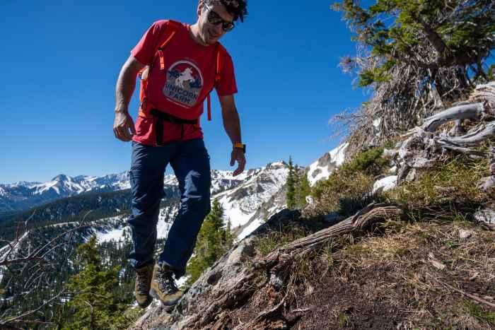 On dit que les sportifs doivent être prêts à se mouiller pour atteindre le sommet... Mais ils veulent aussi garder les pieds au sec! La solution: TIBET GTX. Pour la via ferrata, les itinéraires de plusieurs jours dans les Alpes ou les sols durs, la semelle en caoutchouc Vibram® MASAI vous accompagne sur tous types de terrains. Le bord en caoutchouc de la chaussure protège efficacement contre les pierres et les débris.