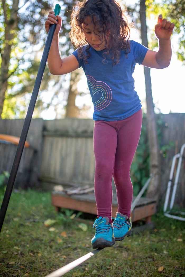 Überraschend vielseitig präsentiert sich das farbenfrohe Multitalent INNOX PRO GTX LO LACING. In dem funktionalen Outdoor-Schuh finden Kinder einen perfekten Spielgefährten, um gemeinsam die Welt zu erobern. Die Halbschuhe sind aus robustem, aber dennoch leichtem Synthetik-Material gefertigt, das die Füße flexibel umschließt und dank GORE-TEX-Innenfutter zuverlässig trocken hält. Zudem sorgen kindgerechte Details dafür, dass die flexiblen Alleskönner bei jedem Abenteuer mit dabei sind und die Bewegungsfreiheit in keiner Weise einschränken.
