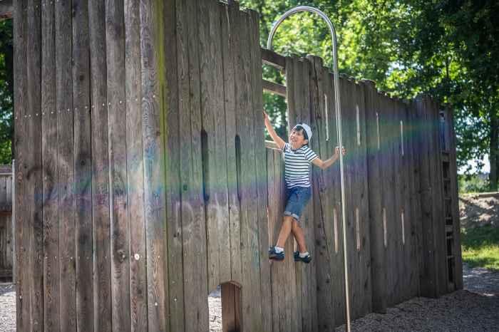 Wenn die Eltern mit sportlichen Multifunktionsschuhen unterwegs sind, dann muss der quirlige Nachwuchs natürlich ebenfalls in dynamischen Kinderschuhen stecken. Dementsprechend steht der ZIRROX GTX MID JUNIOR  ihrem erwachsenen Pendant in nichts nach. Geringes Gewicht, eine praktische Schnellschnürung und robustes Textilmaterial mit wasserdichter GORE-TEX-Membran sorgen dauerhaft für kindgerechten Tragekomfort.