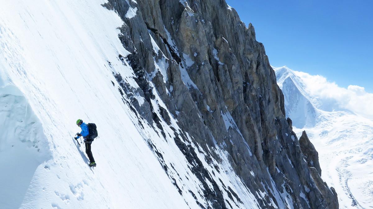 Voel je thuis in de Himalaya – met de expeditiebergschoenen die LOWA heeft ontwikkeld in samenwerking met extreemklimmer Ralf Dujmovits. Hij weet wat belangrijk is bij arctische temperaturen en hoogalpiene uitdagingen tot meer dan 8000 meter hoogte. Hij was de eerste Duitser die de toppen van alle 14 achtduizenders beklom. Het resultaat is een schoen voor extreem veeleisende expedities. De uitneembare binnenschoen met 400 gram Primaloft® isoleert comfortabel.