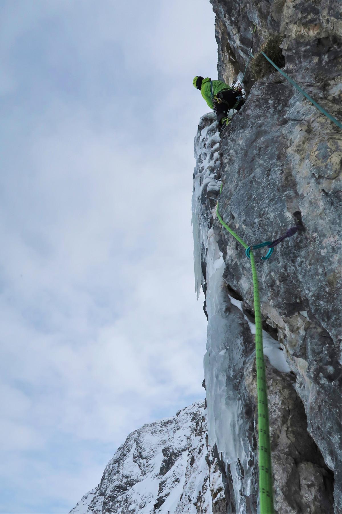 Veeleisende oppervlakken, wisselende weersomstandigheden, uitdagende routes – de ALPINE EXPERT GTX kan met alles overweg. Een schoen voor bergtochten die graag in actie komt. De hoge schacht en de carbon binnenzool met geïntegreerde demping zorgen voor optimaal comfort. En voor natte en ijzige gebieden is er de betrouwbare waterdichte GORE-TEX-voering met PrimaLoft® 400-isolatie.