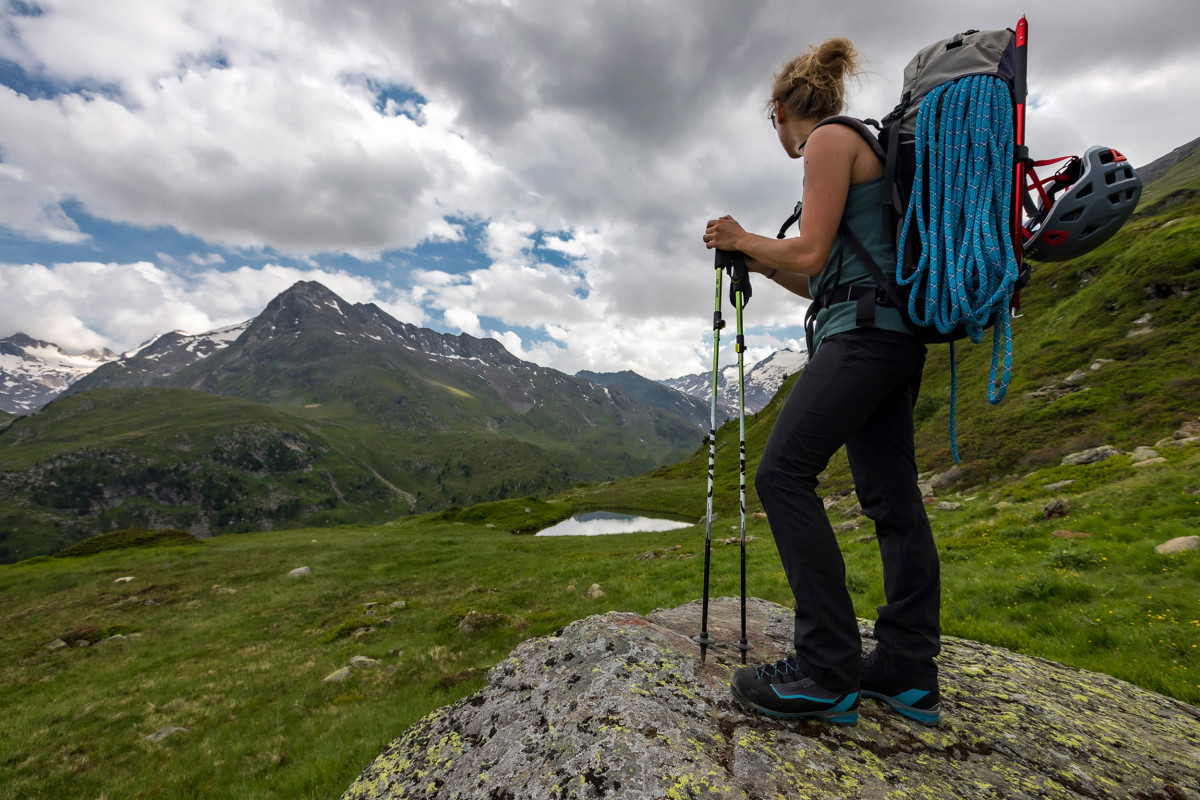 No matter whether your aim is to cross a ridge or to tramp across a field of loose rocks – LOWA has developed the ALPINE EXPERT GTX Ws mountaineering tour boot so that women can take on any terrain. To provide more stability, the upper has been set higher and a carbon shank has been incorporated. And if things get really wet and cold, you can count on the waterproof GORE-TEX lining with PrimaLoft® 400 insulation.