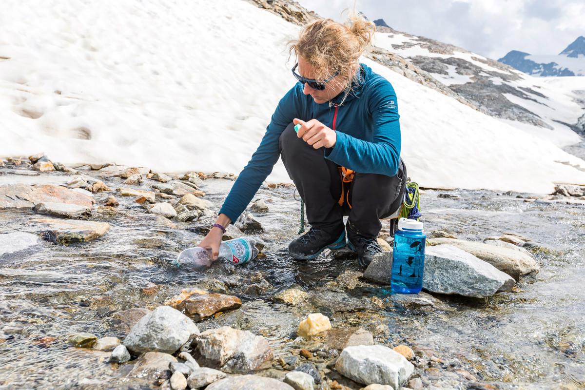 Elle s'enfile en un rien de temps avant de partir à l'assaut des sommets: ALPINE PRO GTX Ws est une botte légère, robuste et moderne, conçue par LOWA pour les terrains alpins. Cette chaussure répond également aux spécificités anatomiques des pieds féminins, et comprend des détails fonctionnels pour profiter au maximum de la joie des sommets. N'attendez plus pour répondre à l'appel des montagnes!