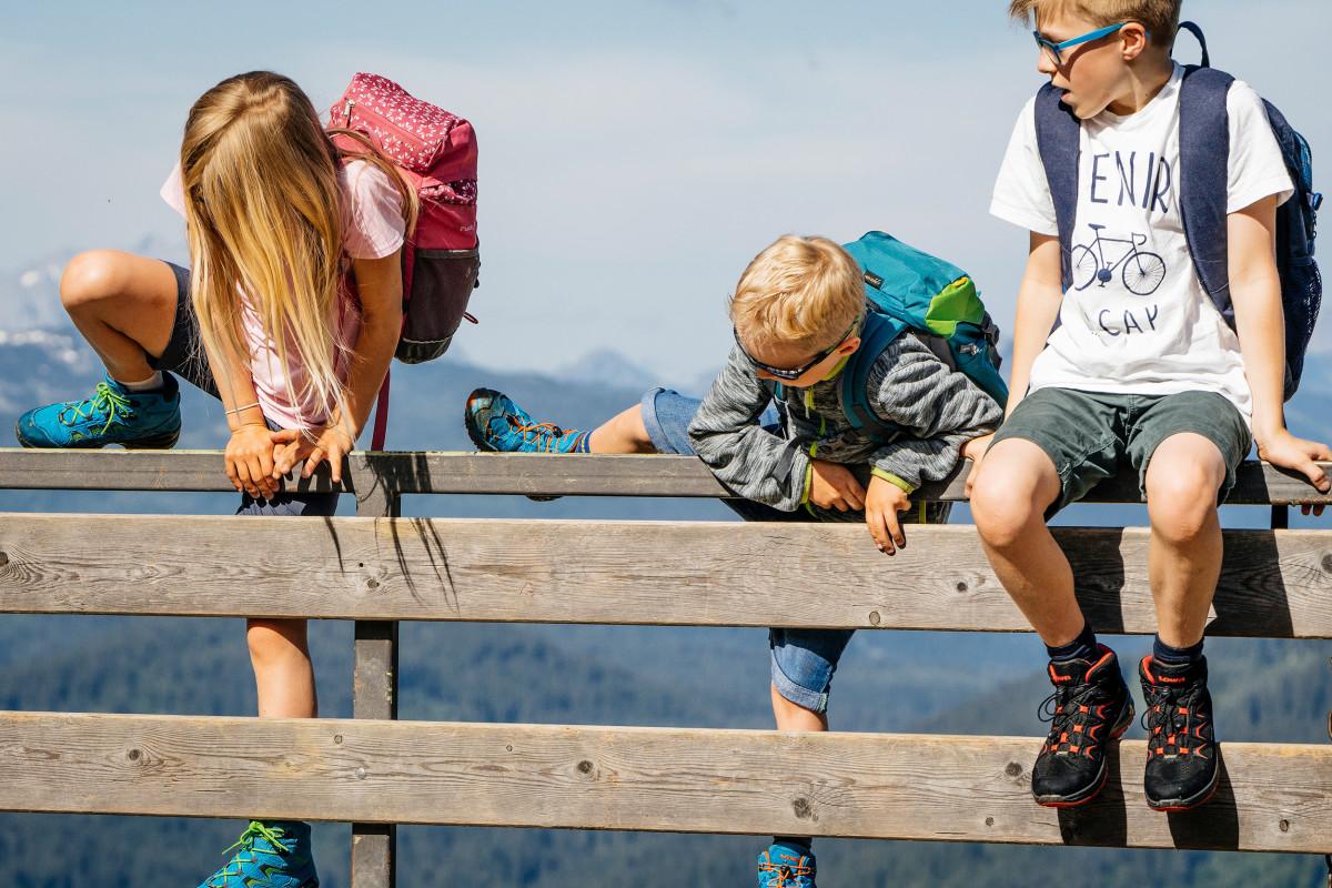 Outdoormeisjes, let op! Met de sportieve multifunctionele schoen MARIE II GTX® LO van robuust suède leer met een speels reliëf kunnen kleine avonturiers meteen op pad. De praktische speed-lacesluiting zorgt voor eenvoudig aan- en uittrekken, terwijl het LOWA-MONOWRAP®-frame de vereiste stabiliteit garandeert.