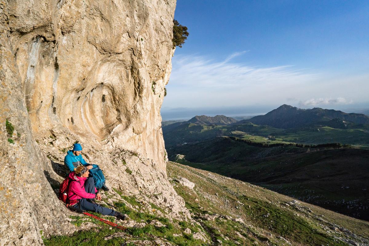 LOWA heeft een oplossing waarmee berg- en trekkingtochten nog plezieriger worden: De CAMINO GTX uit het beste nubuckleer. Een wandelschoen die verwent bij het lopen. Dankzij de GORE-TEX-voering trotseert hij weer en wind en hij is voorzien van een flexibele schachtconstructie. Samen met de uit twee delen bestaande vetersluiting en de praktische ROLLER EYELETS zit de schoen waar hij moet zitten en kan hij gemakkelijk aan de voet worden aangepast. Bovendien scoort deze klassieker met een VIBRAM® APPTRAIL-zool voor topprestaties in veeleisend terrein.