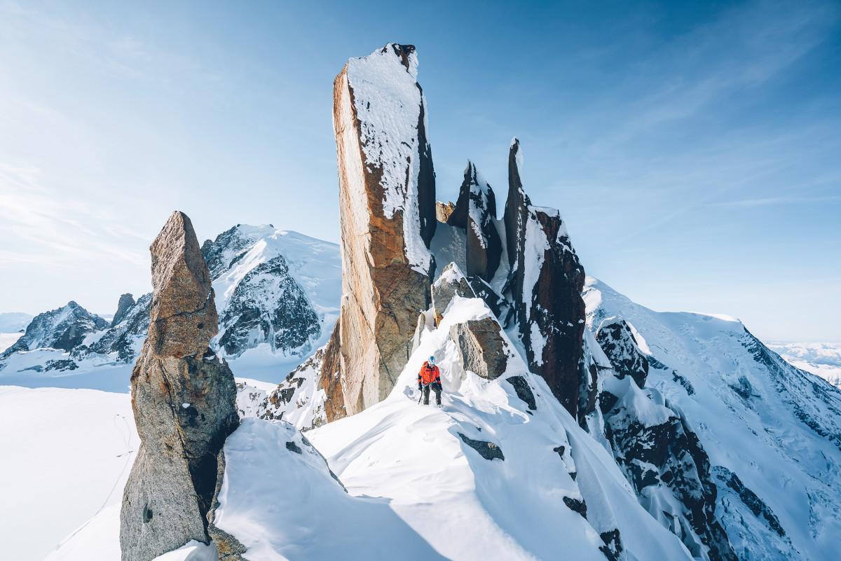 Les chaussures d'un alpiniste sont à la fois son équipement et son outil de travail: plus elles sont performantes, plus il a de chances de profiter pleinement de sa progression. Avec le modèle ALPINE PRO GTX, LOWA a souhaité mettre au point une botte de montagne très sophistiquée sur le plan technique, pour relever les nombreux défis des terrains alpins. Elle se distingue avant tout par son adhérence au sol grâce à une semelle intermédiaire ultra-fine, une semelle d'usure VIBRAM® Alp Trac au profil revisité et un bout raccourci. Ces caractéristiques permettent aux sportifs de garder le contrôle à tout moment pendant leurs itinéraires.