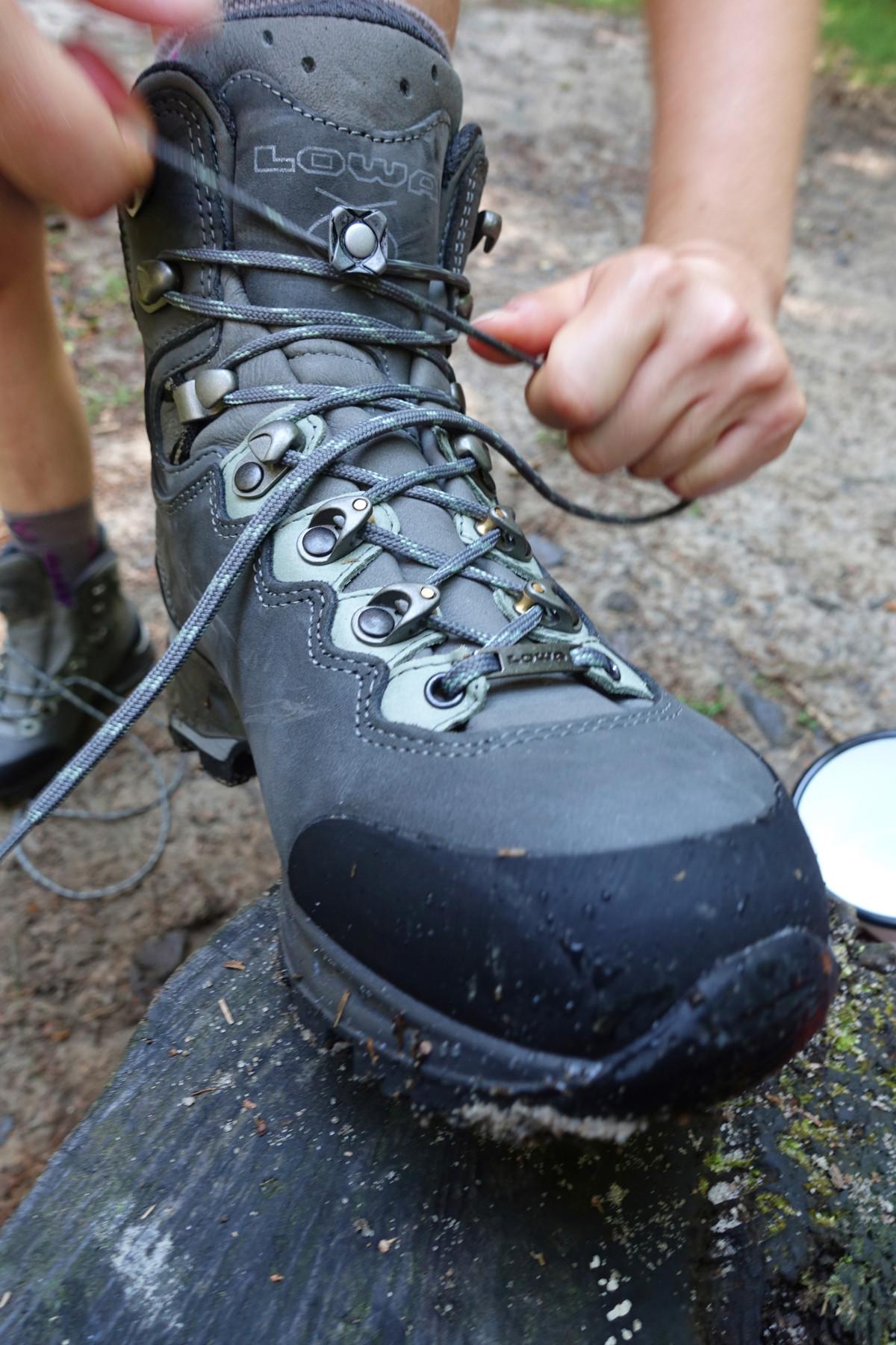 Genau das richtige für Frauenfüße! Der Trekkingstiefel MAURIA LL Ws ist speziell für die weibliche Fußanatomie entwickelt worden. Ob lange Trekkingtouren oder mehrtägige Hüttenwanderungen – mit diesem Begleiter von LOWA können Abenteuerinnen ihr Outdoor-Erlebnis noch besser genießen. Außen robustes Nubuk, innen geschmeidiges Leder für eine rundherum gute Passform. Zusätzlich unterstützt die innovative Schaftkonstruktion die Beugung des Fußes.