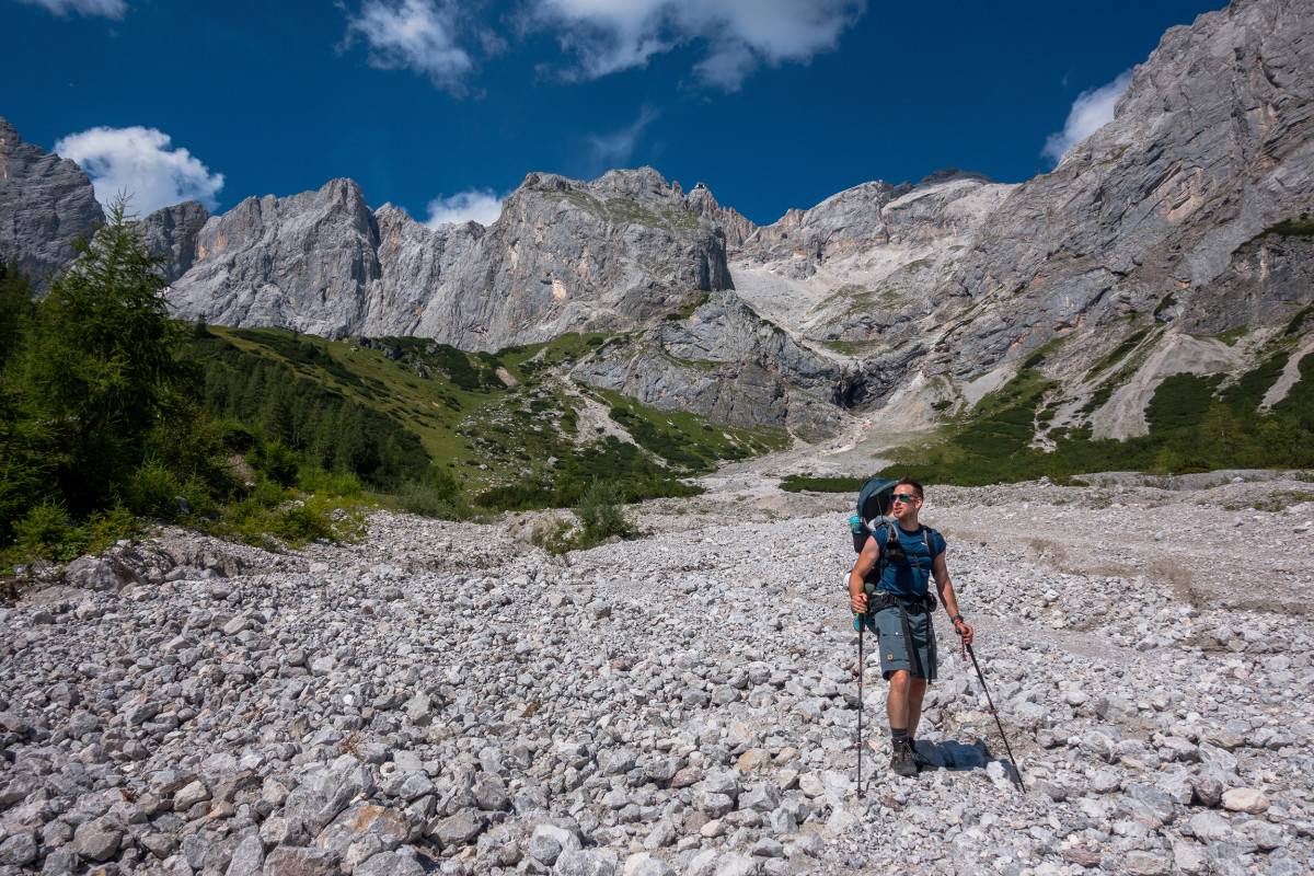 Veelzijdigheid is overal populair. Ook bij trekking- en bergtochten! Want juist daar overtuigt een schoen die de meest uiteenlopende omstandigheden aankan. De CAMINO LL is zowel veelzijdig als comfortabel. Of het nu gaat om makkelijke wandelingen, hut- of trektochten – deze robuuste bergschoen met sterk nubuckleer aan de buitenkant en soepele leren binnenvoering is heerlijk comfortabel om te dragen. De X-LACING®-technologie zorgt ervoor dat de tong van de schoen perfect blijft zitten. De uit twee delen bestaande vetersluiting, de flexibele schacht en de gripvaste VIBRAM® APPTRAIL-zool maken deze klassieker compleet.