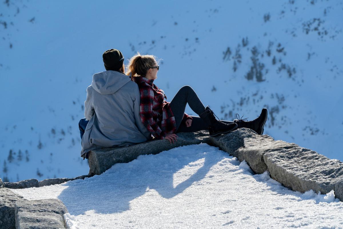 Die Natur ruht und an den Ästen der Bäume glitzern Eiskristalle - Zeit für das nächste Winterabenteuer! In verschneiten Landschaften punktet das Modell YUKON ICE II GTX Ws mit seinen funktionalen Eigenschaften. Der Winterschuh aus Glattleder sorgt dank GORE-TEX-Partelana-Futter sowie einer PrimaLoft®-200-Isolierung für besten Komfort. Dabei wurde der Schuh speziell über einen Frauenleisten gefertigt.