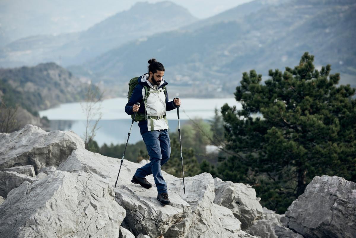 Appassionati di trekking ed escursionismo, attenzione! Ogni momento è buono per divertirsi all'aperto. E se poi lo fate con la scarpa giusta diventerà un'esperienza memorabile. In questo senso il modello EXPLORER GTX MID di LOWA è la scelta giusta. Pelle scamosciata di alta qualità e goffrature moderne: queste scarpe non sanno cosa sia la noia. L'intersuola ammortizzante in LOWA DynaPU®+, la suola esterna VIBRAM® ROCK TRAC® EVO e naturalmente la membrana in GORE-TEX resistente al vento e alle intemperie rendono questo modello molto durevole.