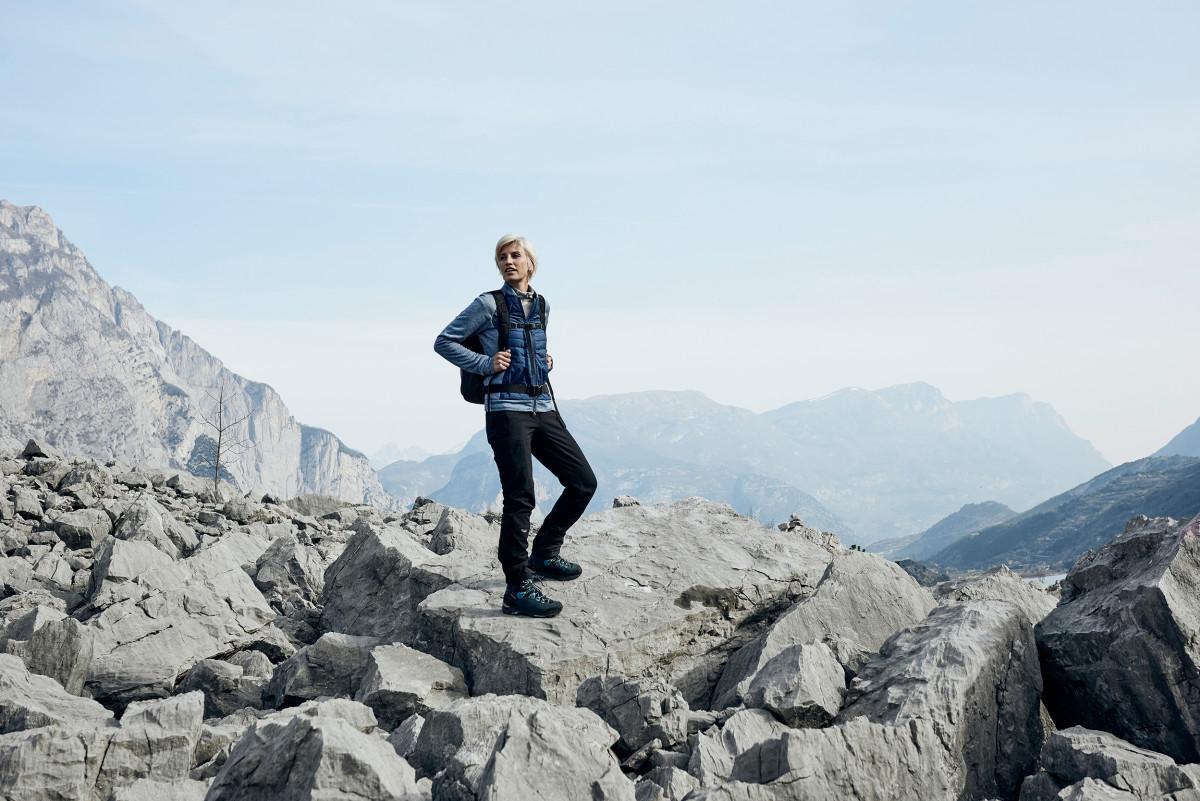 Vielseitigkeit. Das muss ein Schuh bieten, wenn es um Trekking und Outdoor geht. Der Berg- und Wanderschuh LAVENA II GTX Ws mit bewährter VIBRAM®-APPTRAIL-Sohle vereint Funktionalität mit Tragekomfort und einem schicken Design. Und das alles speziell für Frauen! Denn LOWA hat den robusten Schuh speziell für die anatomischen Anforderungen von weiblichen Trägerinnen entwickelt. Weicher Schaft, flexible Zunge und das spezielle I-LOCK-System versprechen ein komfortables Tragegefühl - und das wasserdichte GORE-TEX-Innenmaterial kommt mit nassen Wetterbedingungen bestens zurecht.