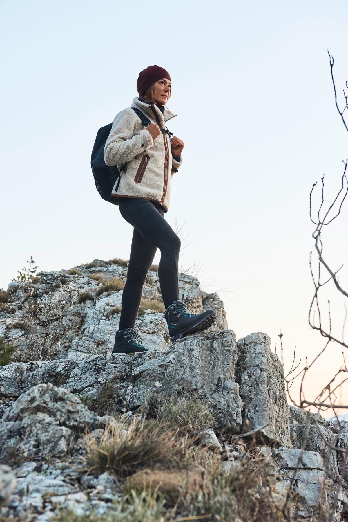 De berg op – maar wel graag comfortabel! Met de MAURIA GTX Ws gaat dat bij elke stap wonderbaarlijk goed, zelfs op veeleisende tochten. De bergschoen van het beste nubuckleer, speciaal ontwikkeld voor vrouwen, is een echte aanrader. Perfect hierbij: de speciale schachtafwerking biedt optimaal comfort en is perfect aangepast aan de vrouwelijke anatomie. LOWA heeft ook een GORE-TEX-binnenvoering verwerkt, zodat weer en wind gewoon hun gang kunnen gaan.