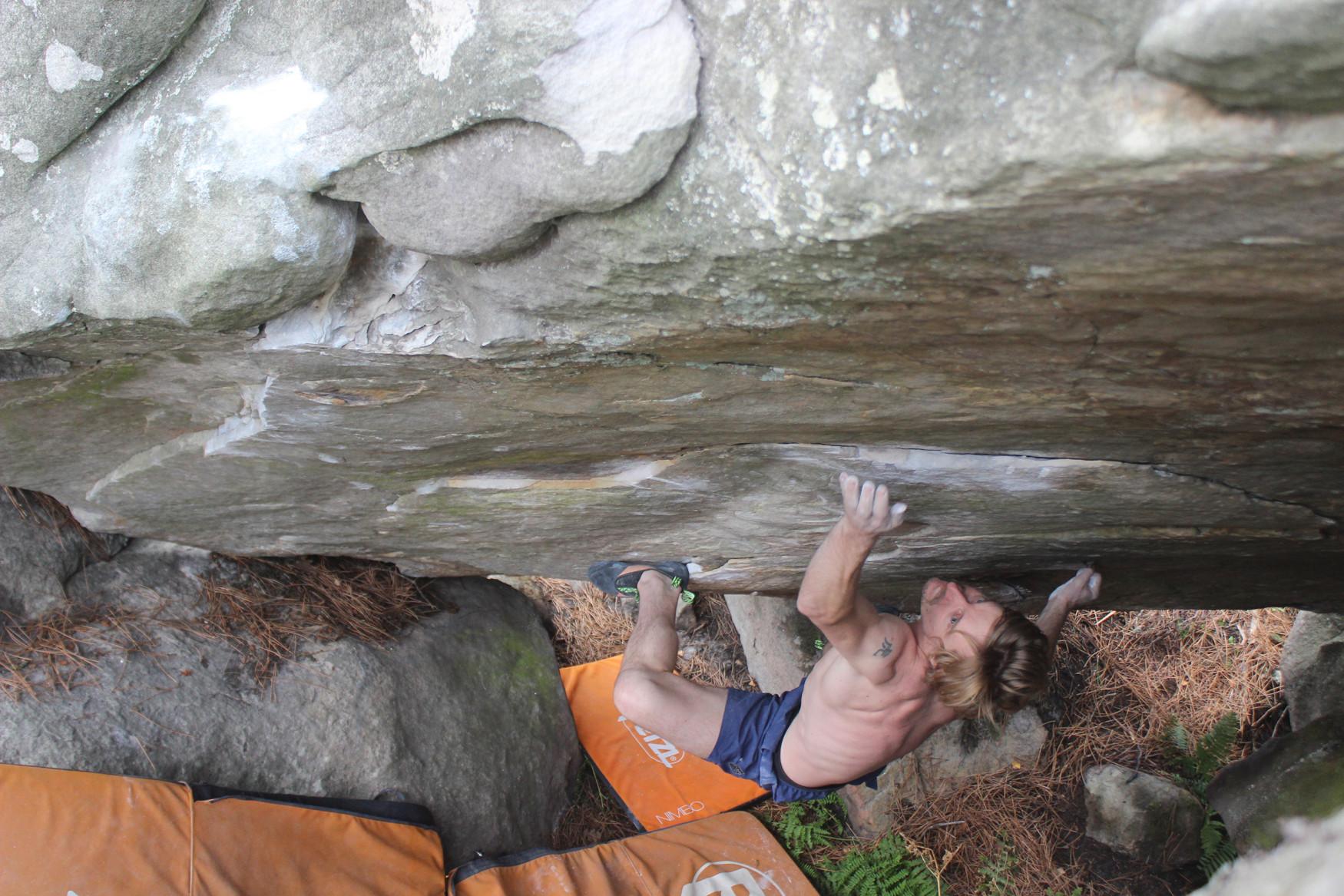 Soms zijn het de kleine en lichte dingen die het leven beter maken. Dat geldt ook voor de ROCKET. Want deze klimschoen met monovelcro ondersteunt klimmers met passie. Met de Vibram® XS-Grip®-zool is krachtoverbrenging leuk, omdat die optimaal wordt gebruikt. Bovendien is het flexibele microvezelmateriaal heerlijk aangenaam aan de voet – het voegt zich bijna als een tweede huid om de voet van de drager. De beste voorwaarden voor prestaties bij het boulderen in de hal of bij het klimmen op rotsen.