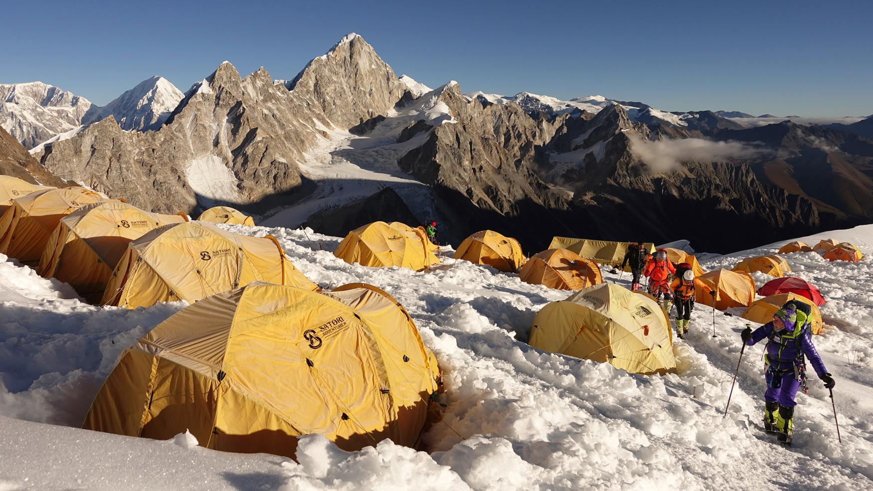 Sich selbst im Himalaya zuhause fühlen - mit dem Expeditionsbergstiefel, den LOWA in Kooperation mit Extrembergsteiger Ralf Dujmovits entwickelt hat. Er weiß, worauf es bei arktischen Temperaturen und hochalpinen Herausforderungen bis über 8.000 Höhenmeter ankommt: Als erster Deutscher hat er die Gipfel aller 14 Achttausender erklommen. Entstanden ist ein Stiefel für äußerst anspruchsvolle Expeditionen. Der herausnehmbare Innenschuh mit 400 Gramm Primaloft® isoliert komfortabel.