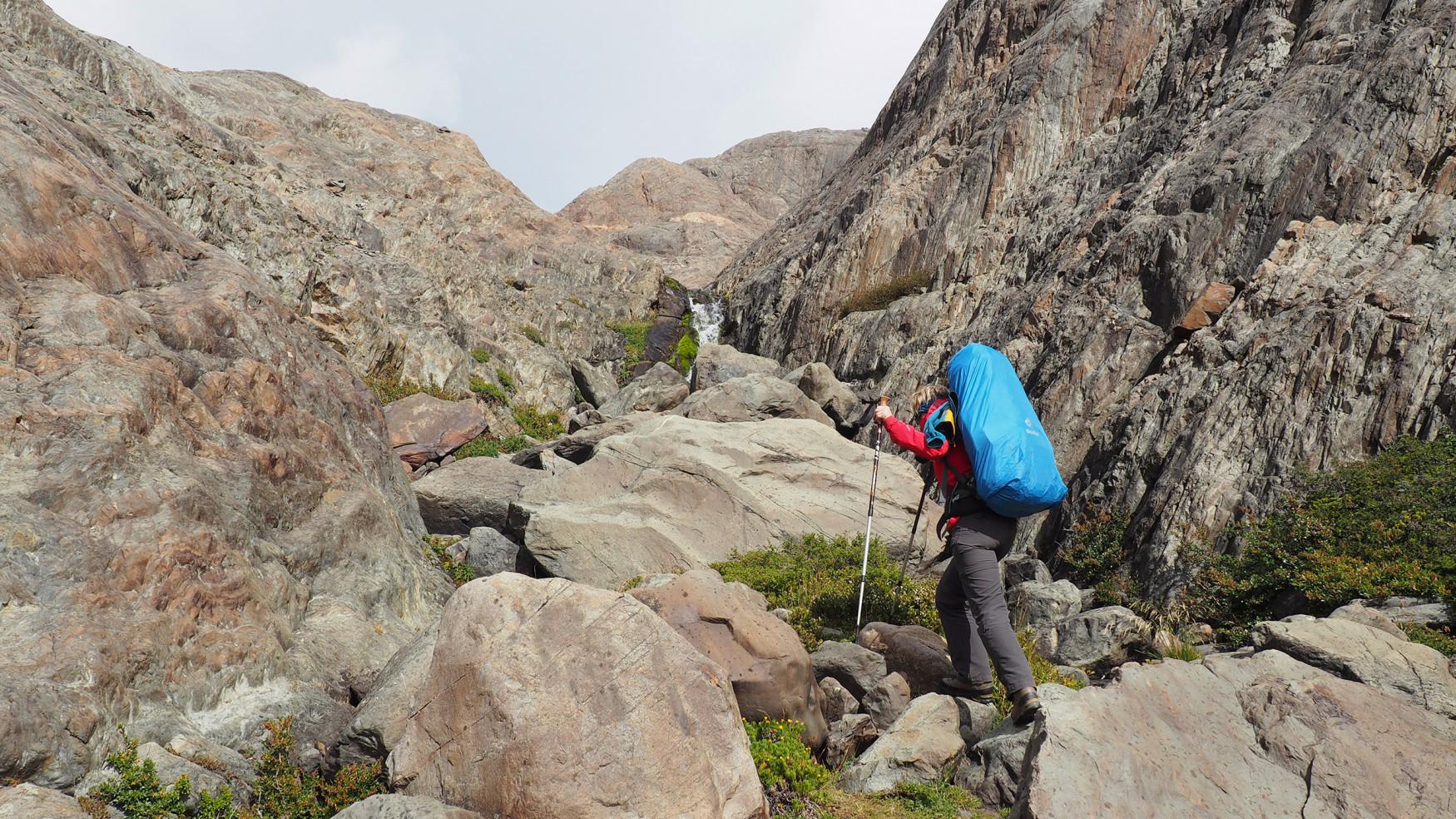 De anatomie van een vrouwenvoet stelt bijzondere eisen. LOWA heeft dit onderwerp opgepakt en de TIBET LL Ws ontwikkeld, een robuuste trekkingschoen voor vrouwen die het uitstekend doet op klettersteigen, meerdaagse tochten in de Alpen of op bijzonder veeleisende paden.