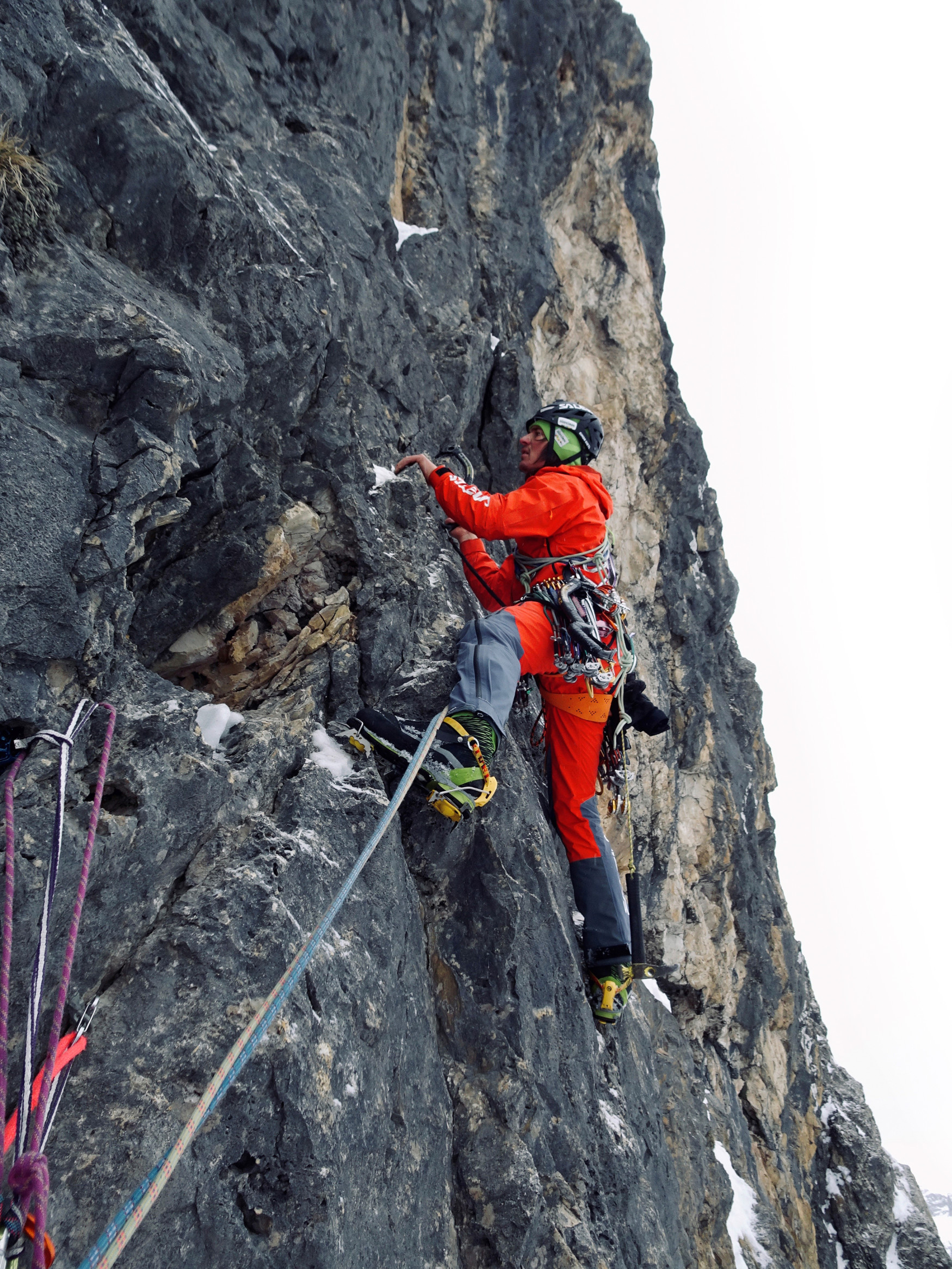 Climbers who are determined to reach the very top have to be able to rely on their technical gear. For Alpine mountaineering boots in particular, there are a wide range of requirements, depending on the terrain and weather conditions. The ALPINE ICE GTX is a boot that was developed jointly by the LOWA PRO Team and active Alpinists. The completely crampon-compatible boot is designed for both icy and rocky passages, with GORE-TEX Duratherm lining and a cushioning element integrated into the shank.
