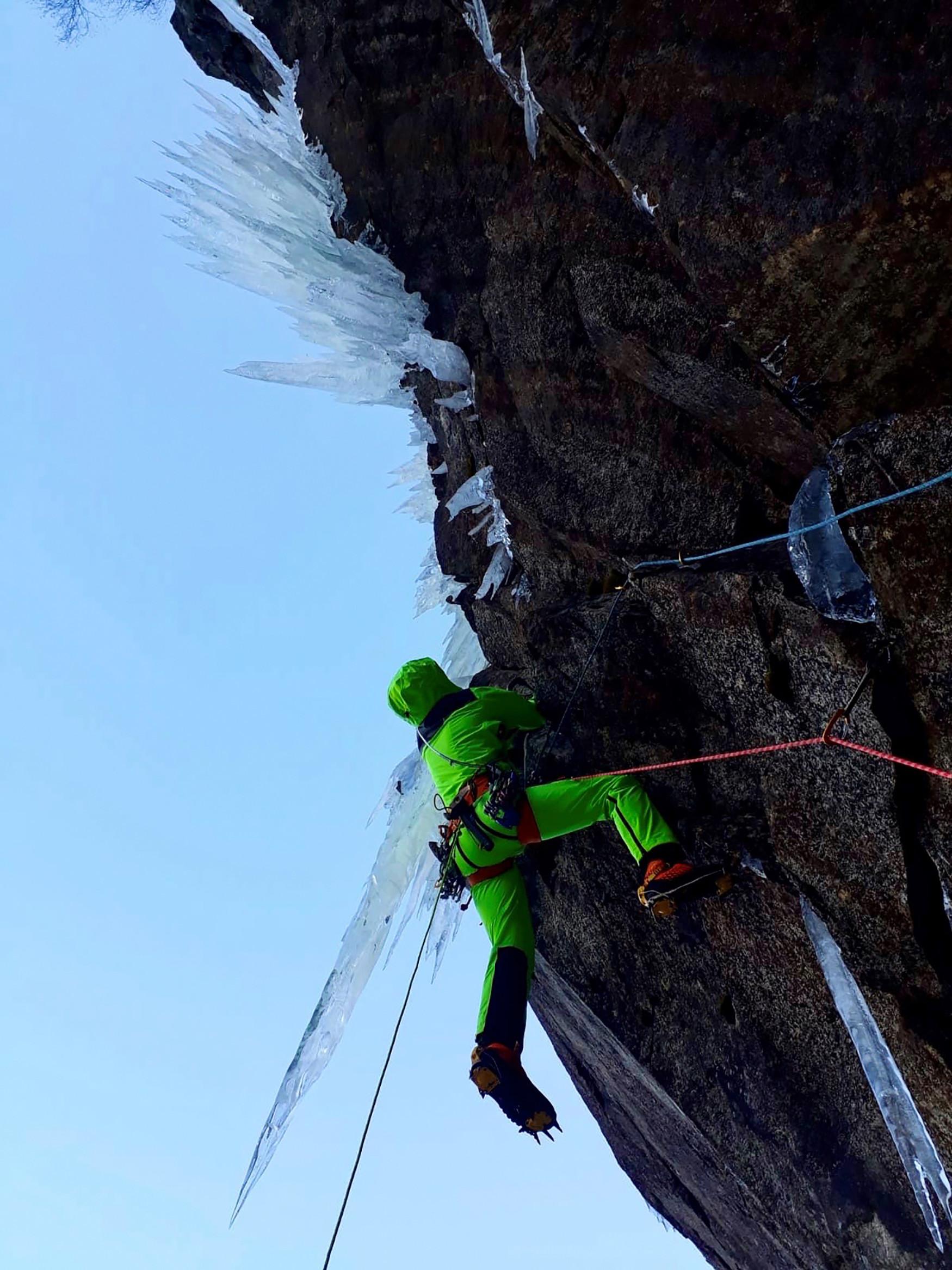 Egal ob Gratüberschreitung oder quer durchs Geröllfeld - damit Frauen auf allen Terrains in Aktion treten können, hat LOWA den Bergtouren-Schuh ALPINE EXPERT GTX Ws entwickelt. Für mehr Stabilität wurde der Schaft höher gezogen und eine Carbon-Brandsohle verarbeitet. Und wirds mal richtig nass und kalt, kann sich die Trägerin auf das wasserdichte GORE-TEX-Futter mit 400er PrimaLoft®-Isolierung verlassen.