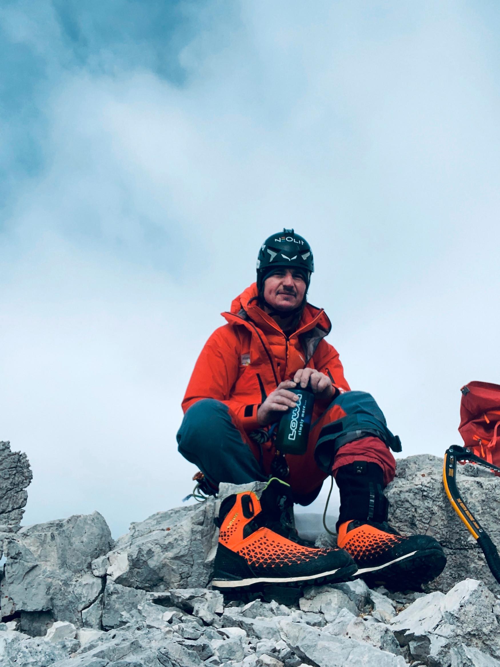 Le scarpe di chi pratica gli sport di montagna sono come gli attrezzi di un artigiano: meglio sono e più ci si può godere qualsiasi tipo di terreno. Con ALPINE PRO GTX LOWA ha sviluppato uno scarpone da montagna tecnicamente avanzato che è all'altezza delle esigenze di chi affronta il terreno alpino. In questo senso è fondamentale la trazione, resa possibile da una intersuola particolarmente piatta, una suola esterna in VIBRAM® Alp Trac dal profilo riprogettato e una punta accorciata. In questo modo l'alpinista mantiene sempre il controllo durante i suoi tour.