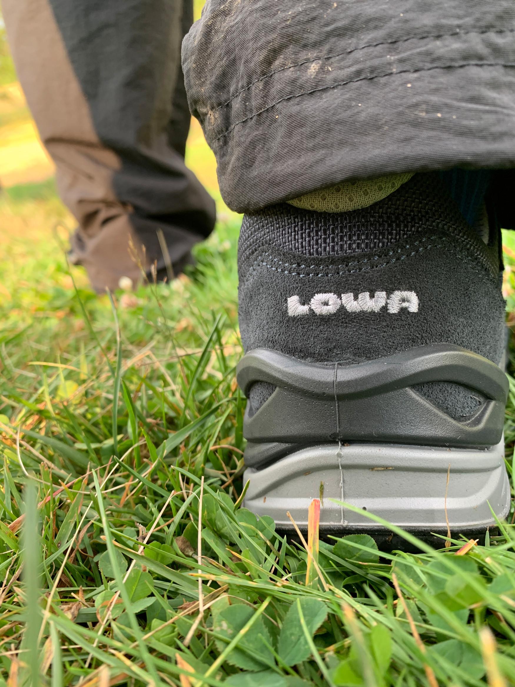 Le nuove scarpe multifunzione TORO EVO LL LO Ws convincono sempre con una calzata ottimale e un animo sportivo che si rispecchia nella scelta di materiali robusti e nella presa eccezionale della suola esterna. Presentano una moderna forma Derby e conquistano grazie alla fodera in pelle particolarmente confortevole. Inoltre, la struttura brevettata LOWA MONOWRAP® garantisce un buon controllo del piede e l'intersuola a iniezione diretta in LOWA DynaPU® offre un ammortizzamento ideale a ogni passo.