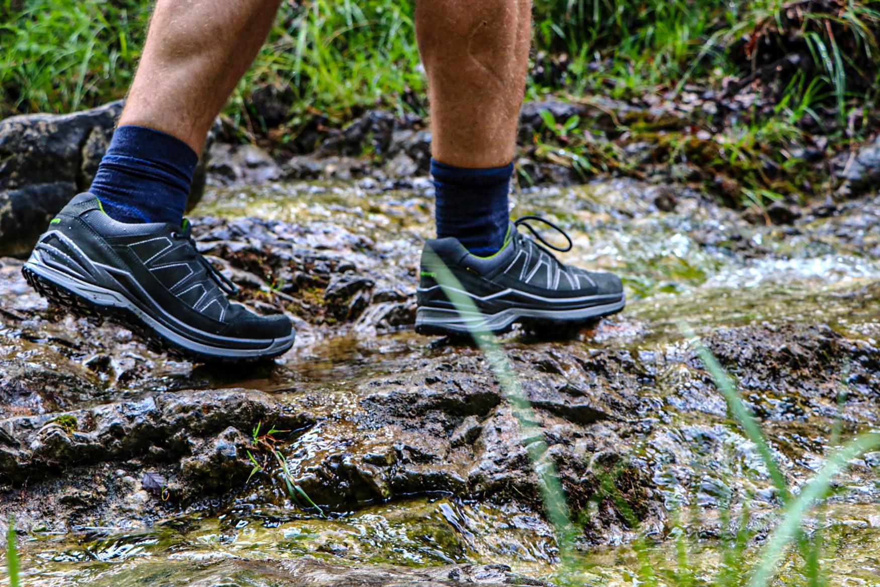 Die neuen Multifunktionsschuhe TORO EVO LL LO überzeugen durch eine überaus gute Passform und sportliche Gene – vom robusten Materialmix bis hin zur griffigen Außensohle. Die Schuhe kommen im modernen Derbyschnitt daher und überzeugen dank Lederfutter mit optimalem Tragekomfort. Zudem sorgt der patentierte LOWA-MONOWRAP®-Rahmen für eine erhöhte Führung des Fußes und die direkt angespritzte Zwischensohle aus LOWA DynaPU® für eine optimale Dämpfung bei jedem Schritt.