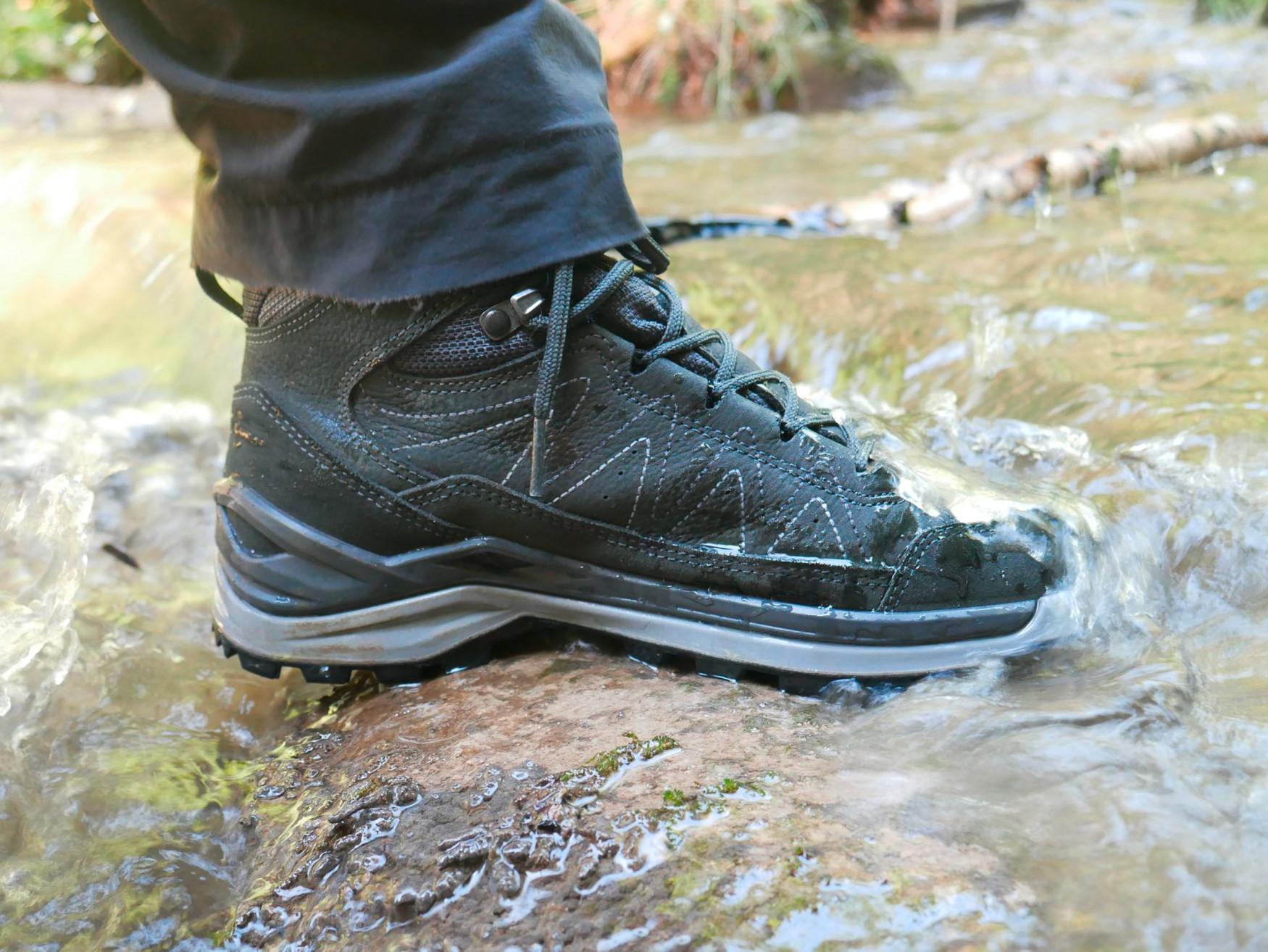 De nieuwe multifunctionele TORO EVO LL MID-schoenen overtuigen met een zeer goede pasvorm en sportieve genen - van de robuuste materiaalmix tot de antislip buitenzool. De schoenen hebben een moderne derbysnit en overtuigen door een lederen voering met optimaal draagcomfort. Bovendien biedt de gepatenteerde LOWA MONOWRAP®-zoolopbouw een betere geleiding van de voet en zorgt de direct aangegoten tussenzool van LOWA DynaPU® voor een optimale demping bij elke stap.