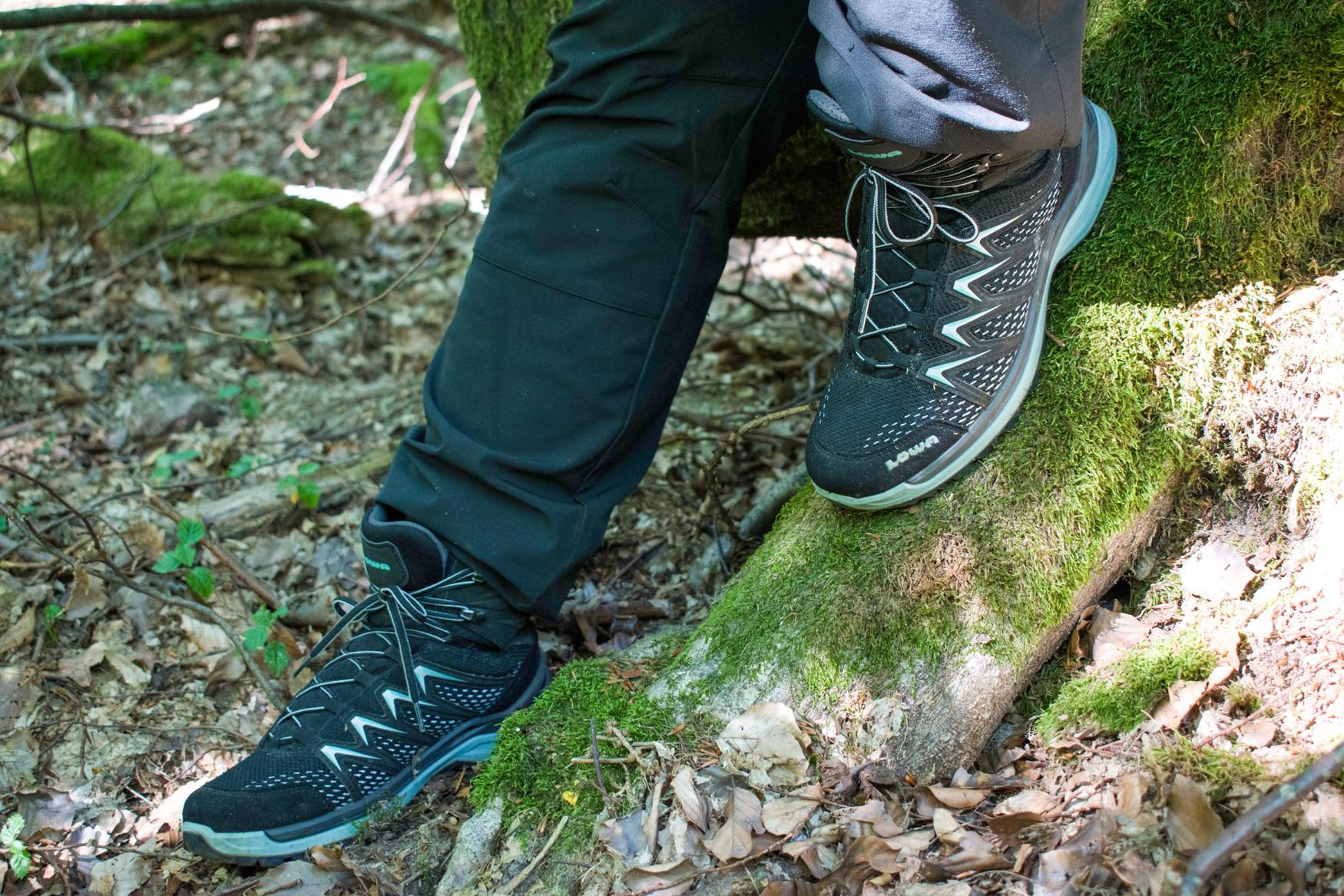 Le calzature colorate INNOX PRO GTX MID Ws si dimostrano straordinariamente flessibili quando una breve passeggiata nella natura si trasforma in una sfida escursionistica fuori programma. INNOX PRO GTX MID Ws supera brillantemente anche i brevi passaggi su un terreno sconosciuto. Infatti, mentre l'intersuola in LOWA DynaPU® garantisce l'effetto ammortizzante necessario, il telaio innovativo LOWA MONOWRAP® guida al meglio il piede in ogni suo passo sul terreno.