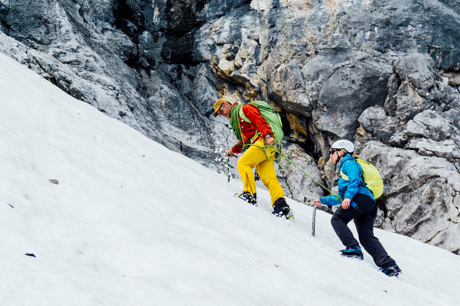 Der letzte Schritt zum Gipfel und den atemberaubenden Ausblick genießen - mit dem CEVADALE EVO GTX Ws sind Abenteuerinnen bestens für die nächste Tour gerüstet. Der alpine Alleskönner ist perfekt geeignet, wenn es zu leichten Hochtouren, alpinen Kletterein oder anspruchsvollen Klettersteigen geht. Aber auch seine inneren Werte zählen ganz besonders: Der sportliche Schuh bringt eine Kombination aus besten Materialien, optimaler Passform und höchstem Komfort mit.